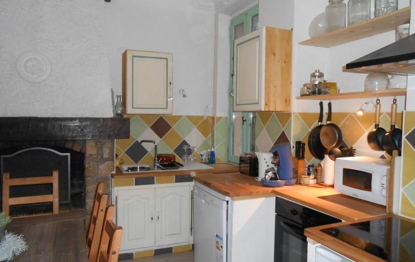 Location de vacances - Gîte à Vidauban - cuisine aménagée fond évier et cheminée