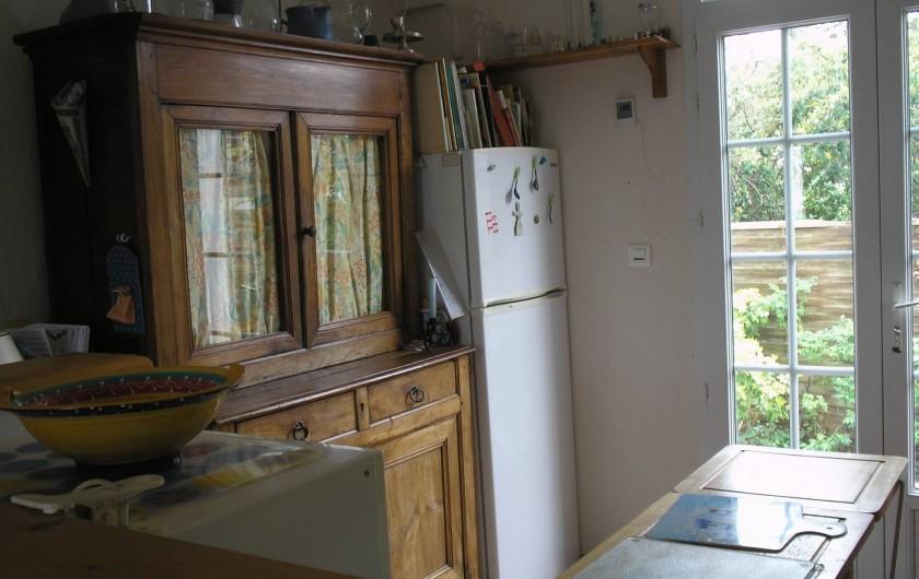 Location de vacances - Villa à Concarneau - cuisine frigo meuble de rangement