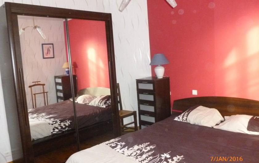 Location de vacances - Villa à Concarneau - chambre rez de chaussée lit de 160 armoire commode