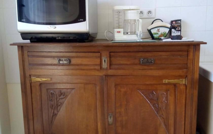 Location de vacances - Appartement à Liourdres - living micro-onde four combiné