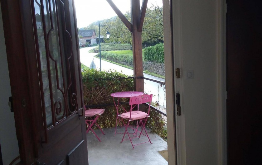 Location de vacances - Appartement à Liourdres - vue depuis l'entrée du living sur la petite terrasse