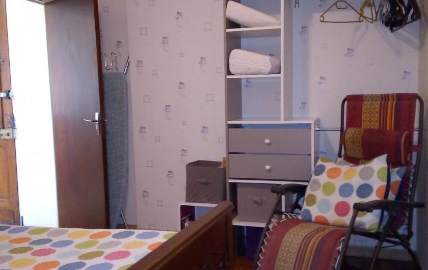 Location de vacances - Appartement à Liourdres - chambre penderie