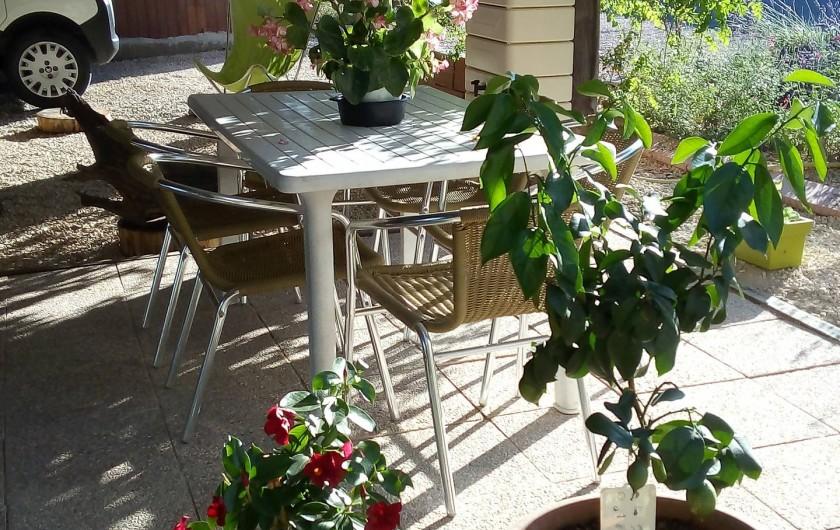 Location de vacances - Appartement à Liourdres - terrasse abritée avec table et 6 chaises