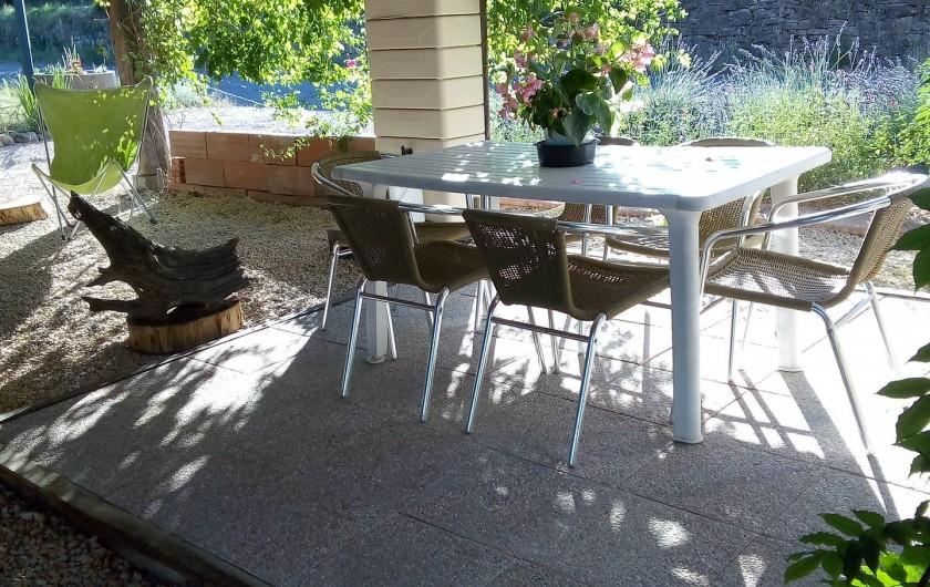 Location de vacances - Appartement à Liourdres - table et chaises à l'abri du soleil