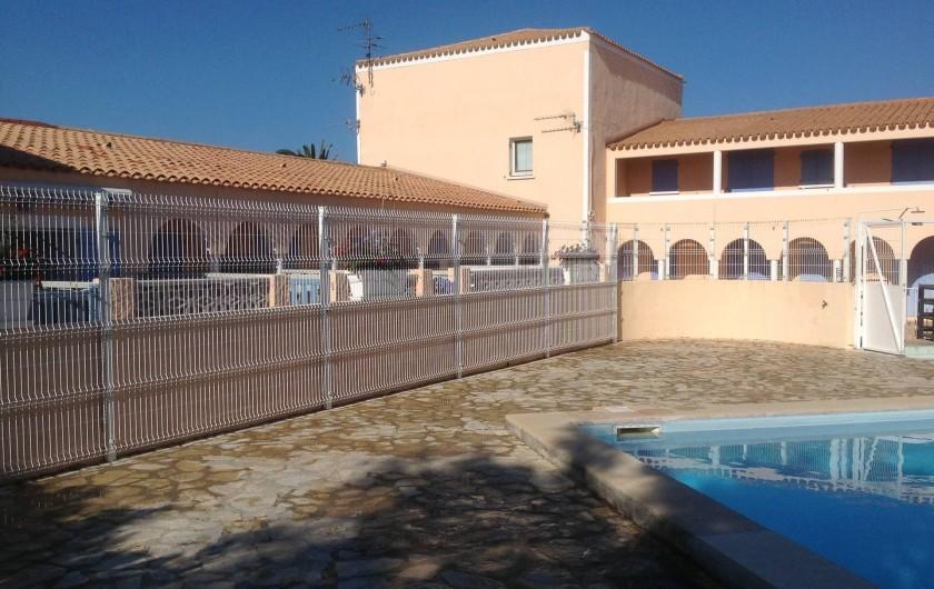 Location de vacances - Appartement à Le Barcarès - autre vue de la piscine