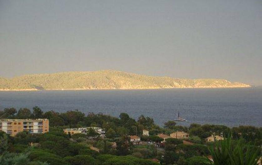 Location de vacances - Appartement à Cavalaire-sur-Mer - Vue sur la baie de Cavalaire depuis villa