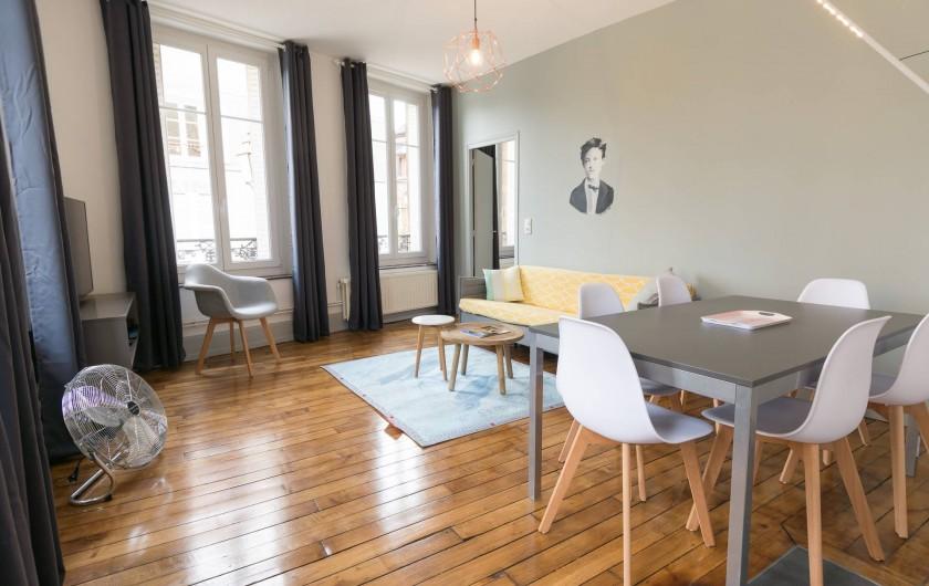 Location de vacances - Appartement à Charleville-Mézières - Salon avec double exposition