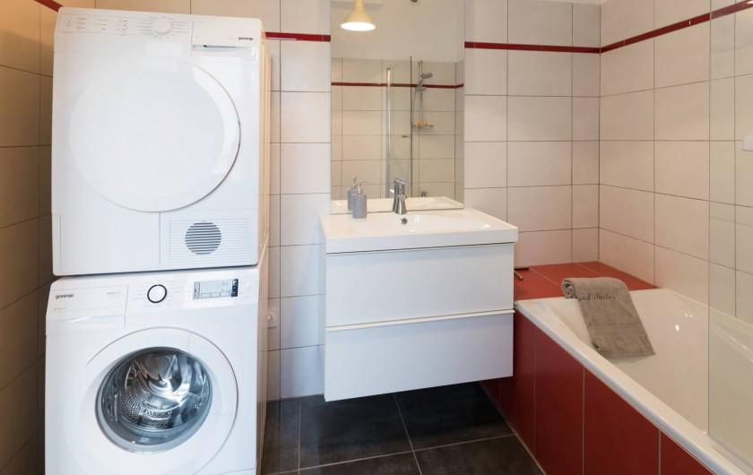Location de vacances - Appartement à Charleville-Mézières - Salle de bain avec lave-linge et sèche-linge