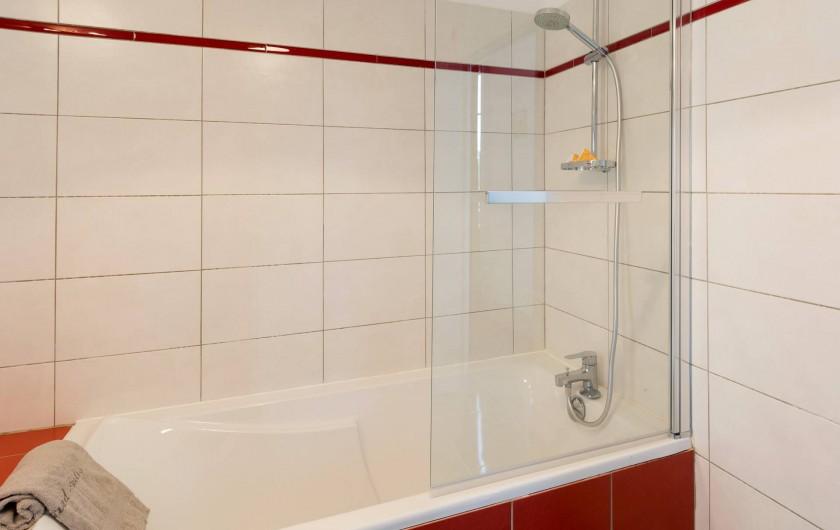 Location de vacances - Appartement à Charleville-Mézières - La baignoire dispose d'une douche fonctionnelle