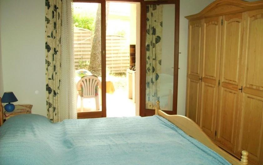 Location de vacances - Villa à Biscarrosse Plage - Chambre 1 donnant sur la Terrasse couverte