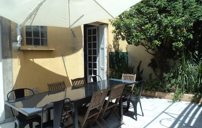 Location de vacances - Maison - Villa à Saint-Laurent-de-la-Salanque - Grand patio ombragé  Il y a un barbecue