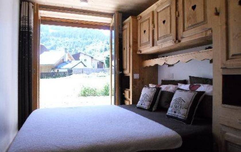 Location de vacances - Appartement à Valloire - chambre parentale avec douche italienne TV  accès direct au jardin clôturé