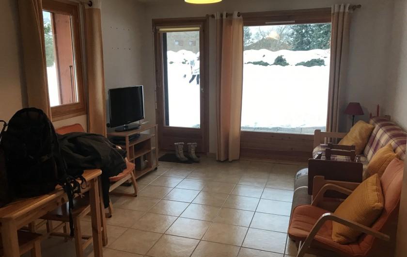 Location de vacances - Appartement à Samoëns - Salon donnant sur terrasse