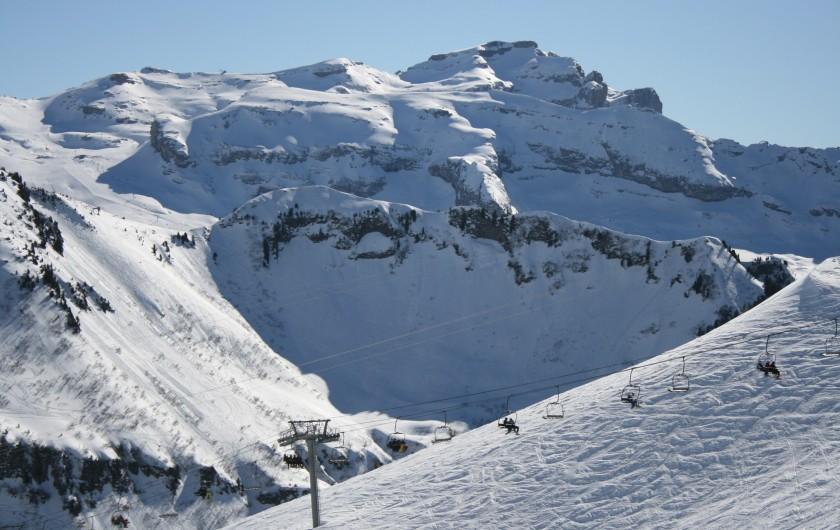 Location de vacances - Appartement à Samoëns - Vue à skis