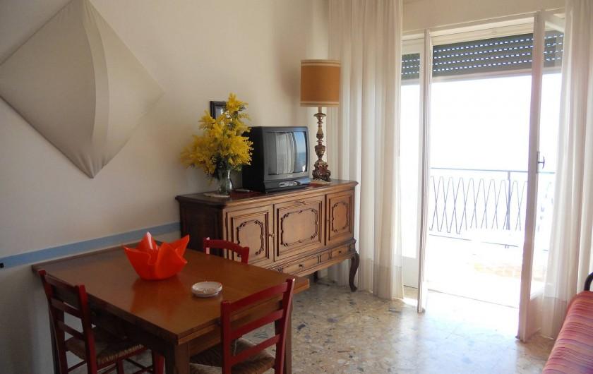 Location de vacances - Appartement à Ospedaletti - salon donnant sur le balcon