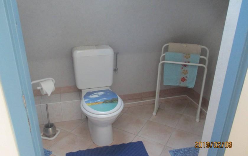 Location de vacances - Chambre d'hôtes à Eguisheim - Sa salle  de  bain  avec  douche lavabo