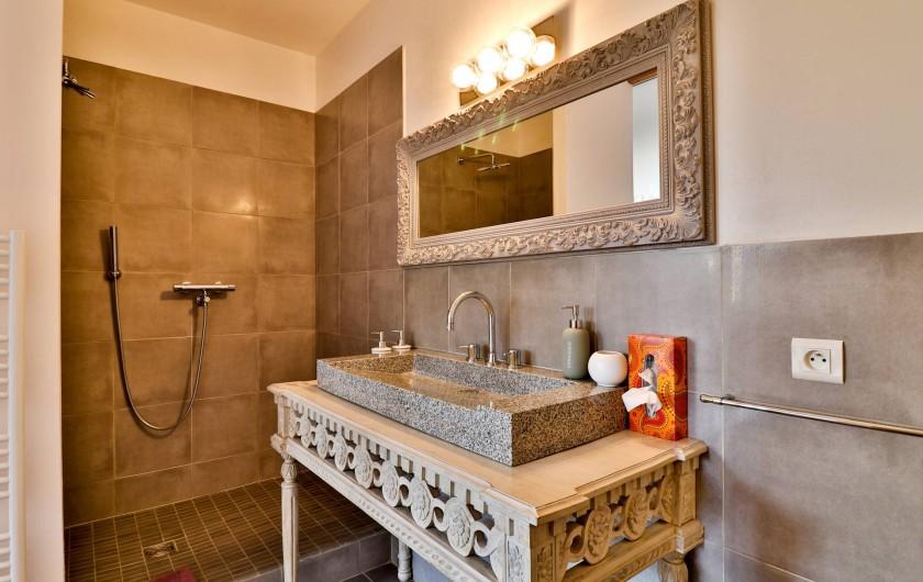 Location de vacances - Chambre d'hôtes à Pernes-les-Fontaines - Salle de bain Nuage de Plumes