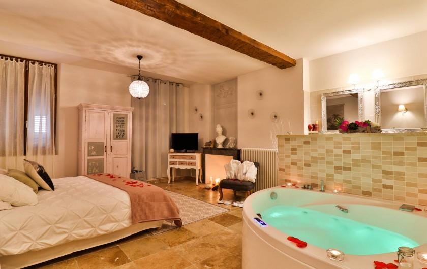 Location de vacances - Chambre d'hôtes à Pernes-les-Fontaines - Perle de rêve 30m2 Jacuzzi privé Vue rue Douche, 2 vasques Toilettes séparés