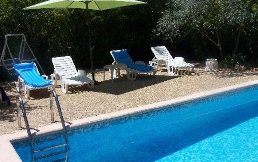 Location de vacances - Villa à Draguignan - Le solarium avec ses bain de soleil et son parasol