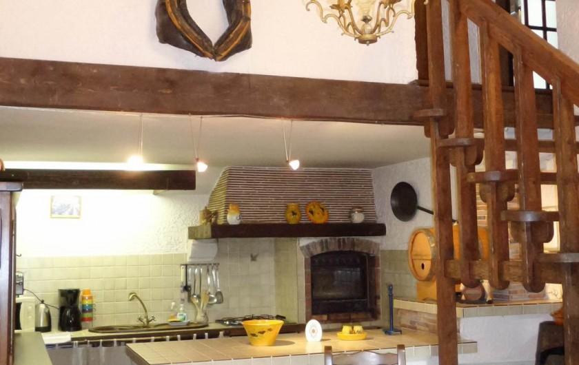 Location de vacances - Villa à Draguignan - Vue de la cuisine  à l'américaine et l'escalier donnant à l'étage .