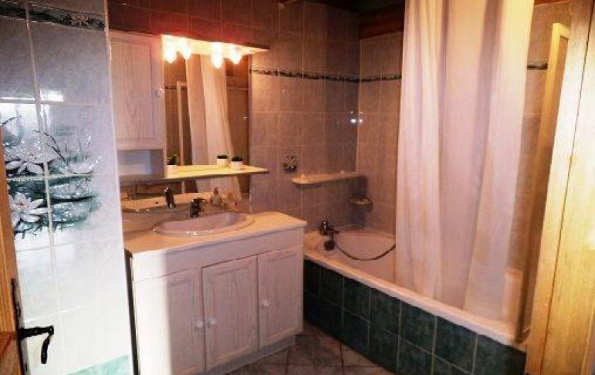 Location de vacances - Gîte à Saint-Privat-du-Dragon - Salle de bain au rez de chaussée