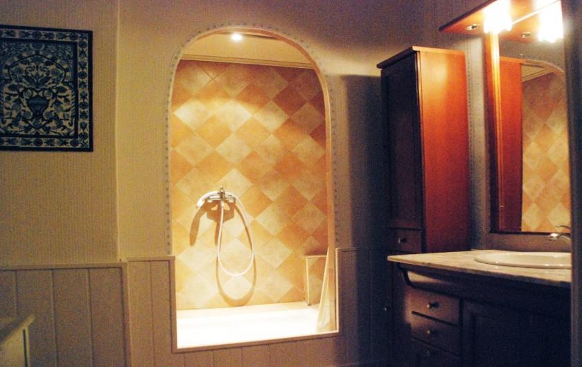 Location de vacances - Chambre d'hôtes à Cuers - grande douche avec éclairage intérieur
