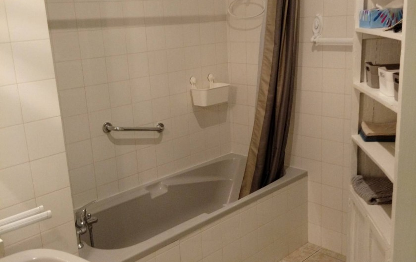 Location de vacances - Gîte à Baume-les-Messieurs - Salle de bains (étage).