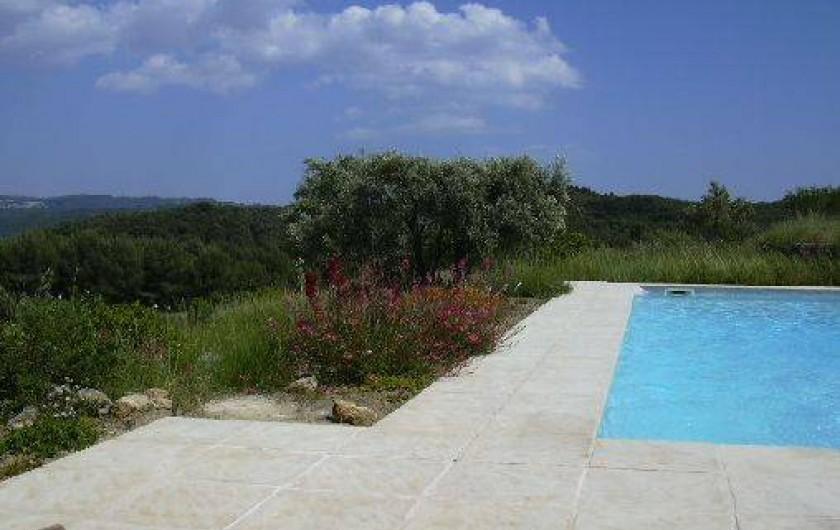 Location de vacances - Gîte à Le Beausset - grande terrasse de la piscine