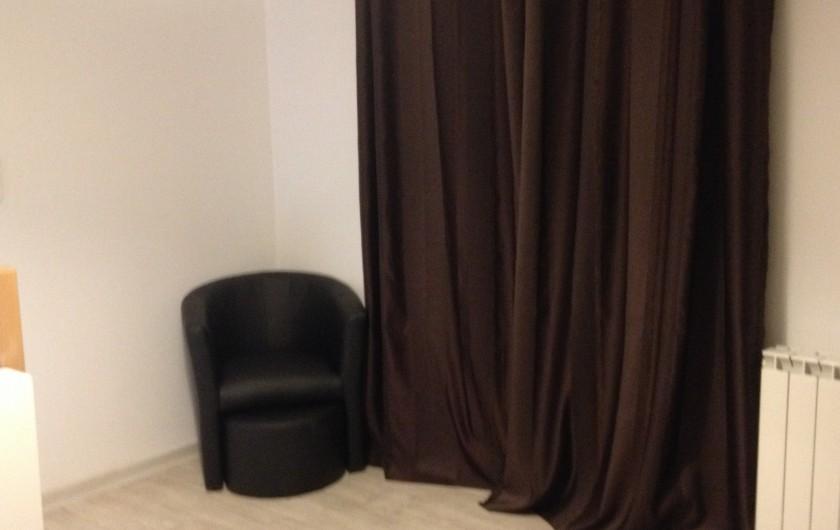 Location de vacances - Gîte à Manosque - coin lecture et détente dans la chambre  et quand on ouvre les rideau......