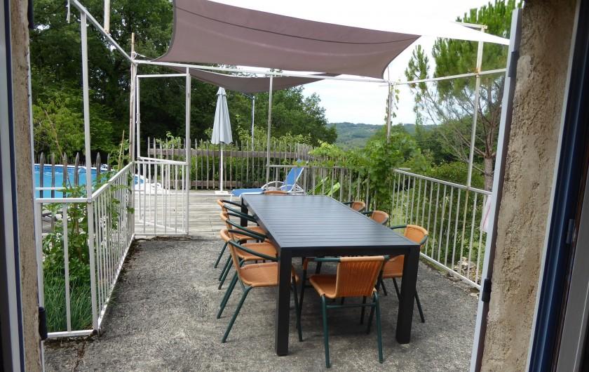 Location de vacances - Gîte à Mechmont - la terrasse coté cuisine et piscine