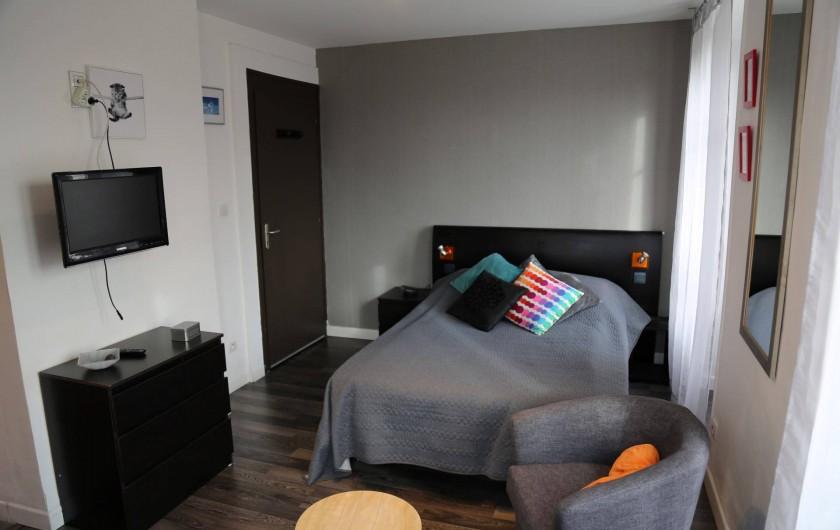 Location de vacances - Villa à Aix-les-Bains - Chambre et coin salon du studio 1