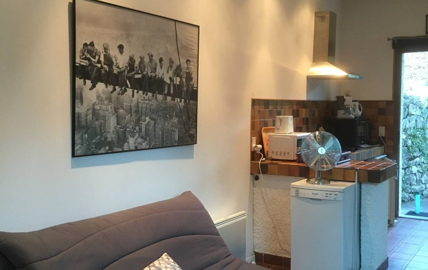 Location de vacances - Villa à Aix-les-Bains - Coin cuisine et canapé-lit à l'entrée de la grande pièce à vivre du Chalet