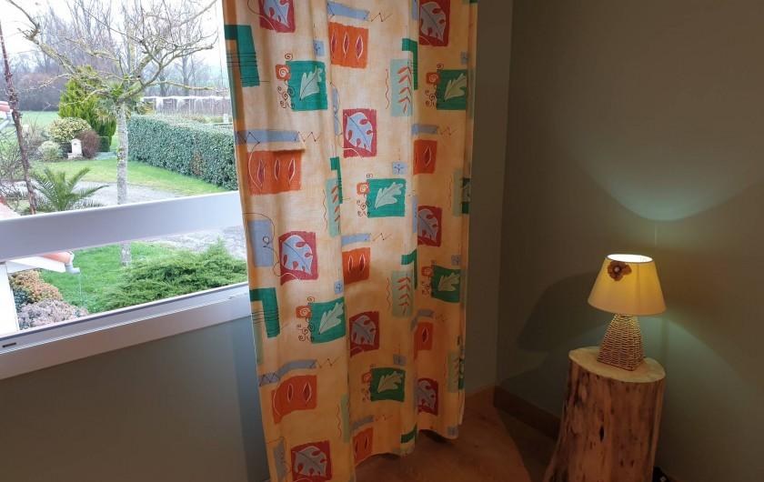 Location de vacances - Gîte à Lafrançaise - Chambre 2, vue sur la campagne, moustiquaire à la fenêtre.