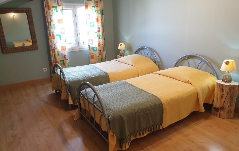 Location de vacances - Gîte à Lafrançaise - Chambre 2, 3 lits 90/190. Grande fenêtre avec volet, rideaux, moustiquaire.