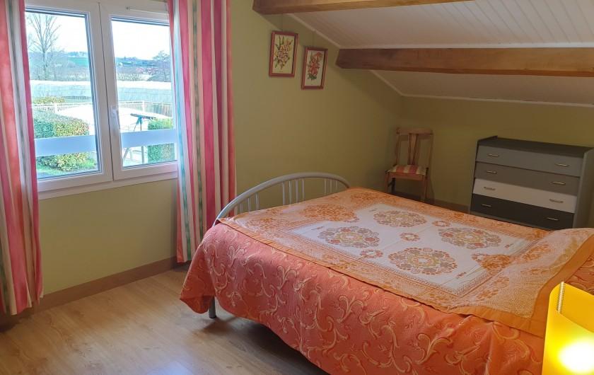 Location de vacances - Gîte à Lafrançaise - Chambre 1, fenêtre avec rideaux, volet, moustiquaire. Vue sur la campagne.