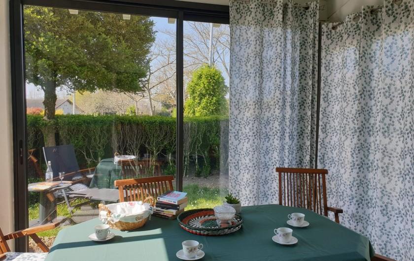 Location de vacances - Gîte à Lafrançaise - Une belle terrasse véranda, entourée de buis. Idéal pour les repas en famille