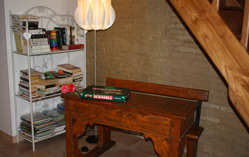 Location de vacances - Gîte à Lafrançaise - Coin séjour bureau écolier, nombreux livres. Le gîte est climatisé.