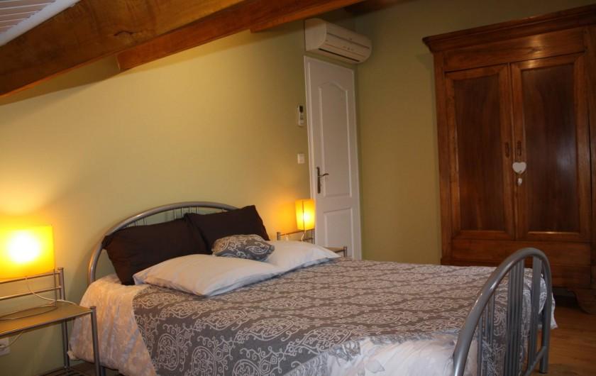 Location de vacances - Gîte à Lafrançaise - La chambre 1, rangement: armoire , commode. Fenêtre avec moustiquaire.