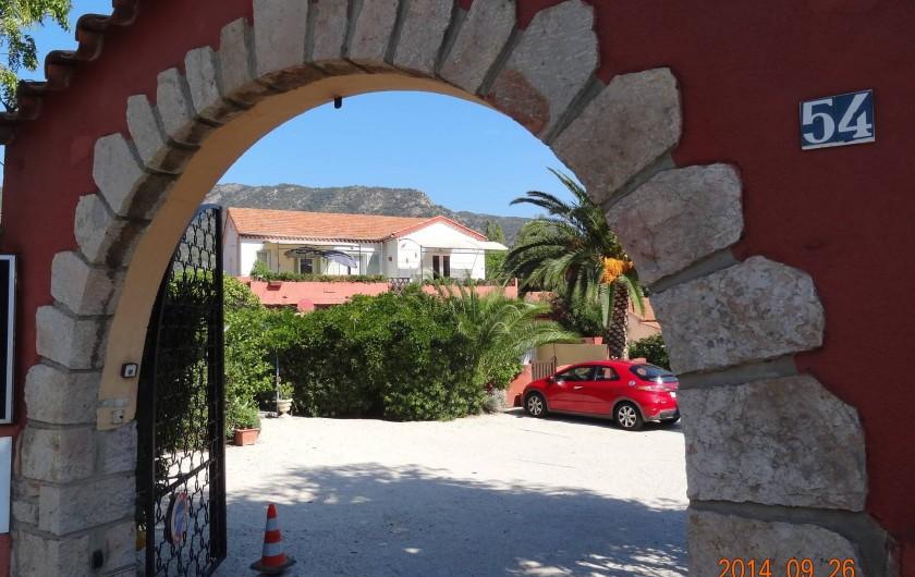 Location de vacances - Appartement à Le Lavandou - Entrée portail autom.