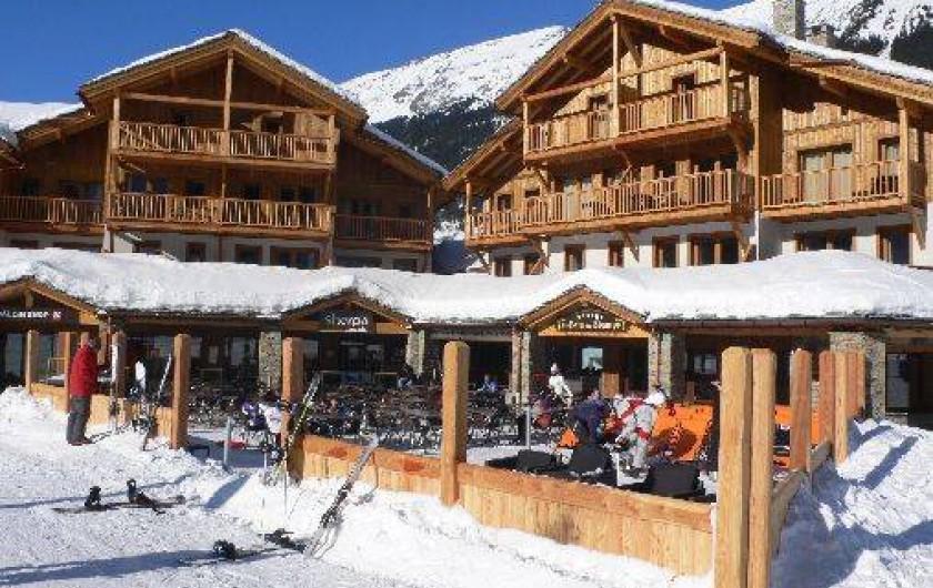 Location de vacances - Appartement à Lanslebourg-Mont-Cenis - Commerces et restaurant en rez-de chaussée