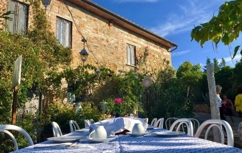 Location de vacances - Appartement à Castel Rigone - Terrasse devant la maison La Rogaia