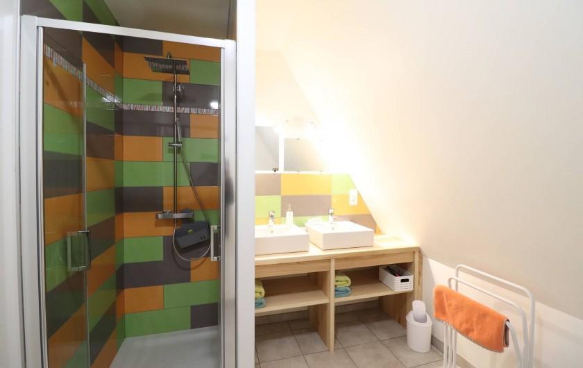 Location de vacances - Gîte à Vic-sur-Cère - Salle de bain espace nuit étage