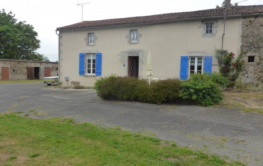 Location de vacances - Maison - Villa à Moncoutant-sur-Sèvre - Terrasse Fleurie devant le gîte