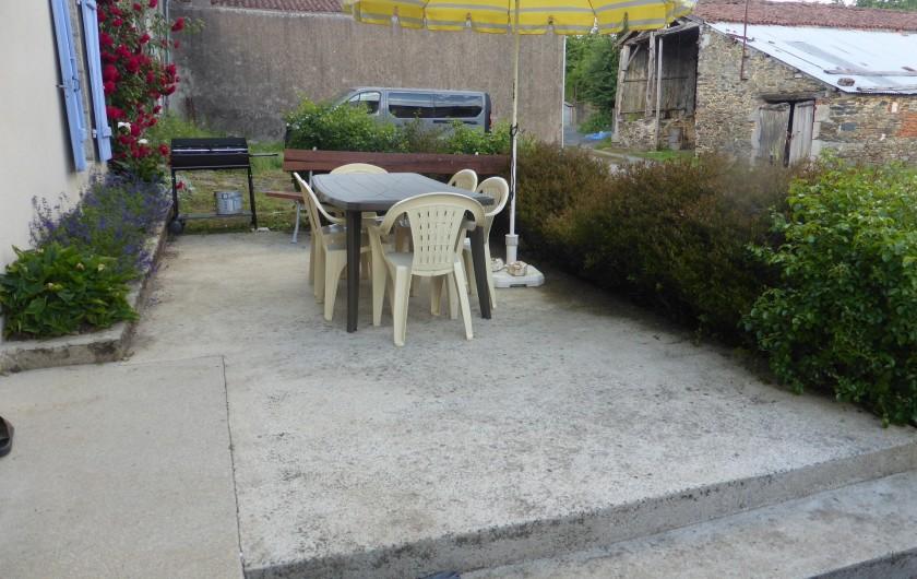 Location de vacances - Maison - Villa à Moncoutant-sur-Sèvre - Terrasse devant le gîte, avec barbecue