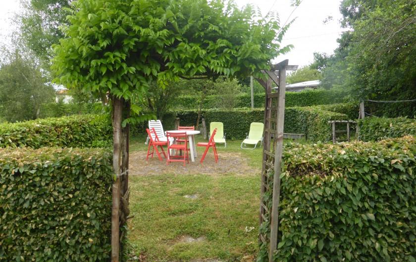Location de vacances - Maison - Villa à Moncoutant-sur-Sèvre - Entrée sur le jardin