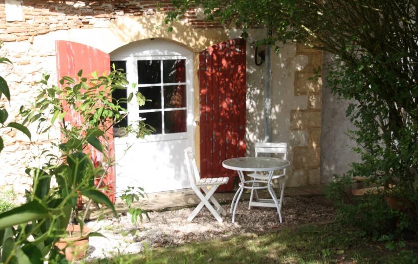 """Location de vacances - Gîte à La Force - """"Le Studio"""" entrée , terrasse"""