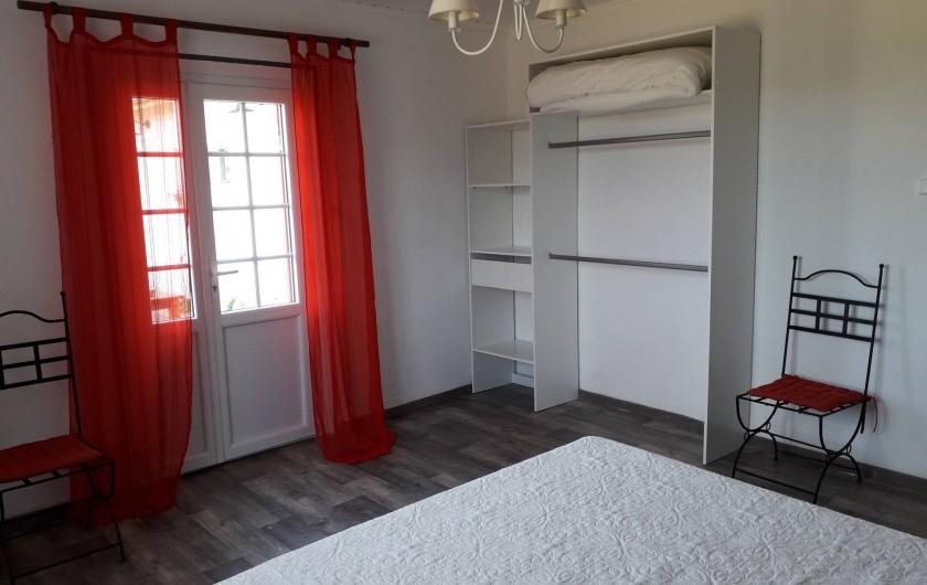 """Location de vacances - Gîte à La Force - """"Les Bricous"""" Chambre 1 (lit 160)"""
