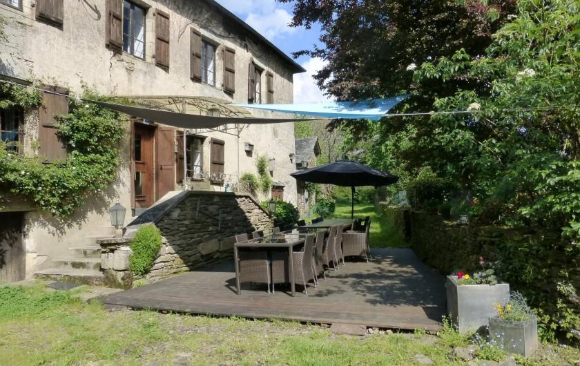 Location de vacances - Gîte à Saint-Hilaire-Peyroux - façade et terrasse principale