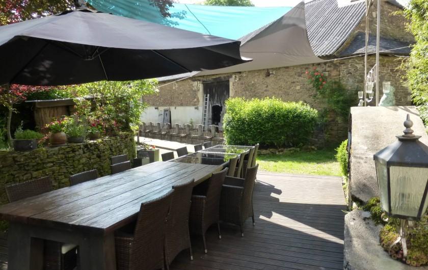 Location de vacances - Gîte à Saint-Hilaire-Peyroux - Terrasse principale ombragée