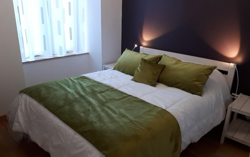 Location de vacances - Appartement à Le Mont-Dore - Chambre 2 de 10m² lit de 140 - 2 chevets Rideaux - Vue terrasse
